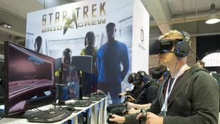 "Besucher spielen auf der International Games Week in Berlin das Computerspiel ""Startrek - Bridge Crew"" (Foto: dpa)"