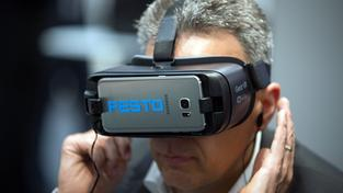 Virtual-Reality-Brille der Firma Festo (Foto: imago/Sven Simon)